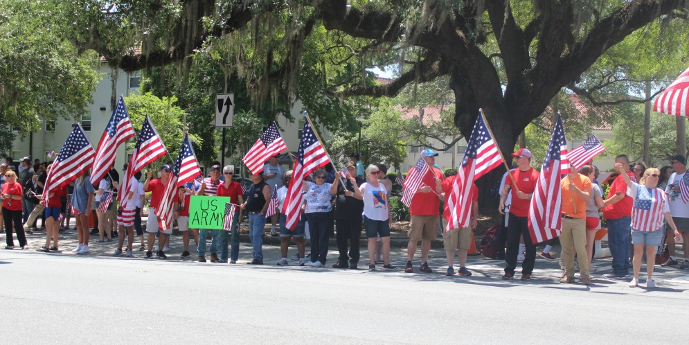 American flag supporters rally around campus, remain peaceful