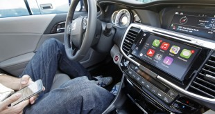 The Apple CarPlay app automatically brings up a portion of the apps on an iPhone when it is connected to the 2016 Honda Accord's dashboard during a test in Hayward, Calif., on Oct. 23, 2015. (Laura A. Oda/Bay Area News Group/TNS)
